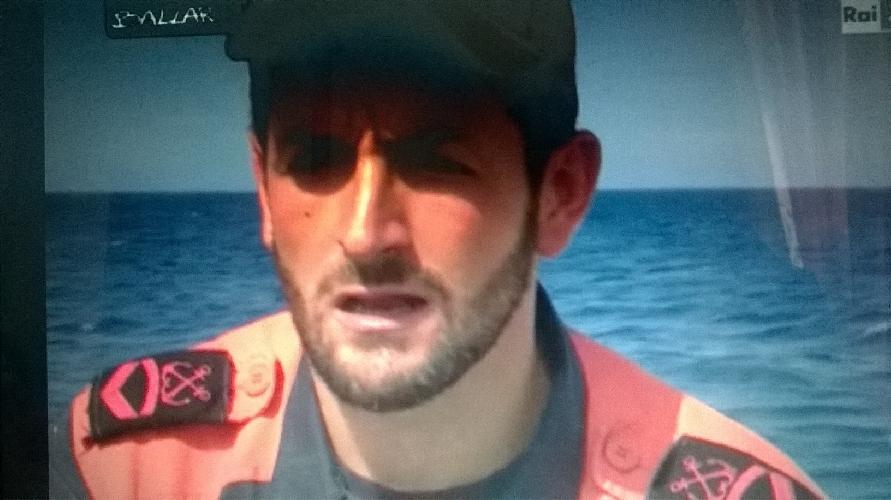 http://www.ragusanews.com//immagini_articoli/10-06-2016/l-uomo-che-salva-i-migranti-video-500.jpg