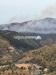 https://www.ragusanews.com//immagini_articoli/10-06-2018/incendio-monterosso-almo-240.jpg