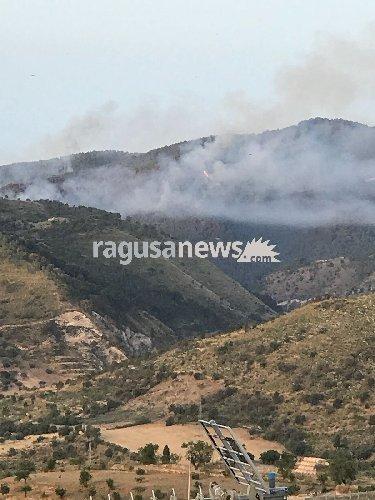 https://www.ragusanews.com//immagini_articoli/10-06-2018/incendio-monterosso-almo-500.jpg