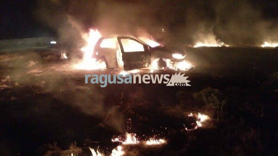 https://www.ragusanews.com//immagini_articoli/10-06-2018/ragusa-incidente-gaddimeli-auto-fuoco-500.jpg