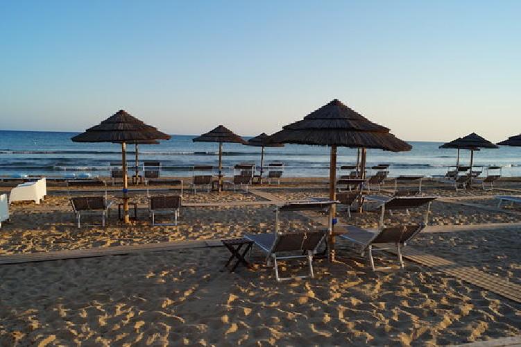 https://www.ragusanews.com//immagini_articoli/10-06-2020/1591797621-porto-ulisse-beach-riapre-in-bellezza-4-500.jpg