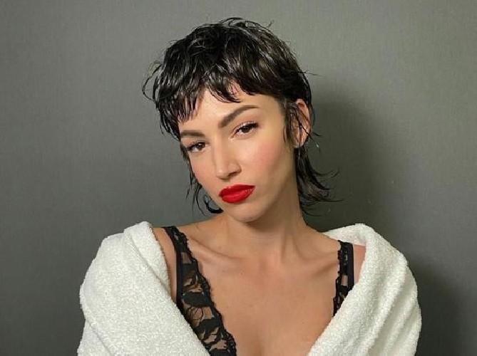 https://www.ragusanews.com//immagini_articoli/10-06-2020/estate-2020-la-moda-dice-capelli-corto-medio-500.jpg