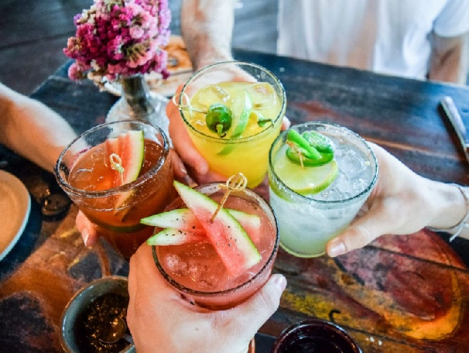 https://www.ragusanews.com//immagini_articoli/10-06-2021/dieta-e-aperitivo-cosa-bere-e-cosa-mangiare-per-non-ingrassare-500.jpg