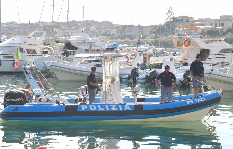 http://www.ragusanews.com//immagini_articoli/10-07-2014/e--arrivata-la-polizia-col-motoscafo-500.jpg
