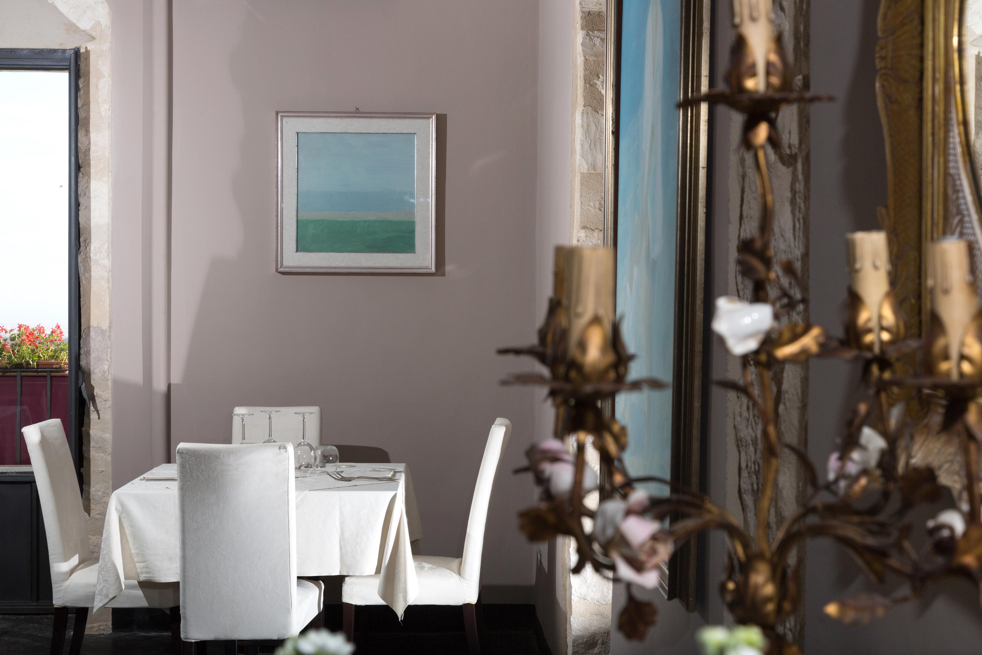 https://www.ragusanews.com//immagini_articoli/10-07-2016/1468161778-1-al-donnafugata-ristorante-in-una-cornice-da-sogno.jpg