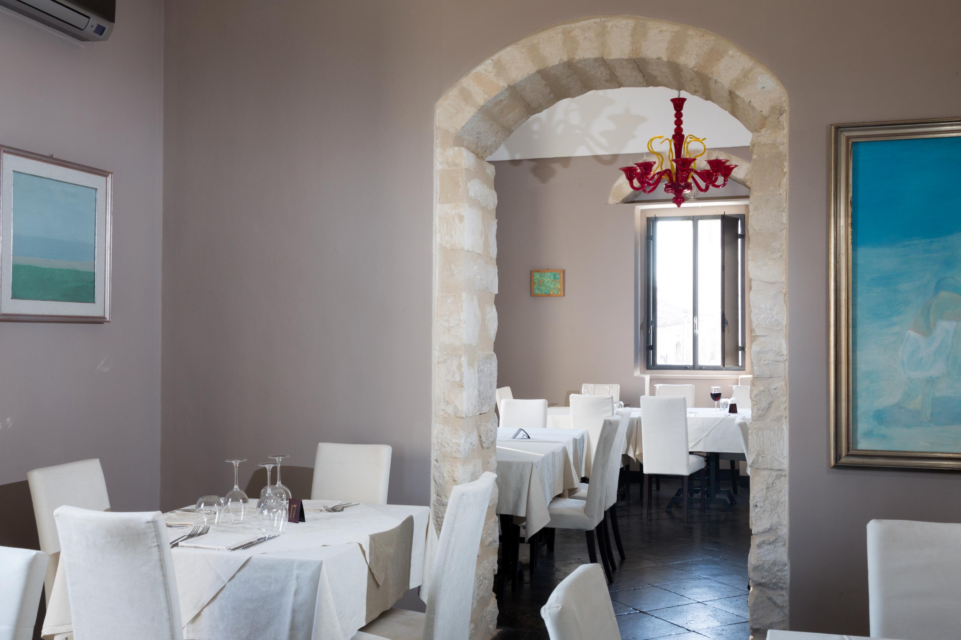https://www.ragusanews.com//immagini_articoli/10-07-2016/1468161805-1-al-donnafugata-ristorante-in-una-cornice-da-sogno.jpg