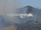 http://www.ragusanews.com//immagini_articoli/10-07-2017/incendio-minaccia-case-messina-foto-ragusanews-100.jpg