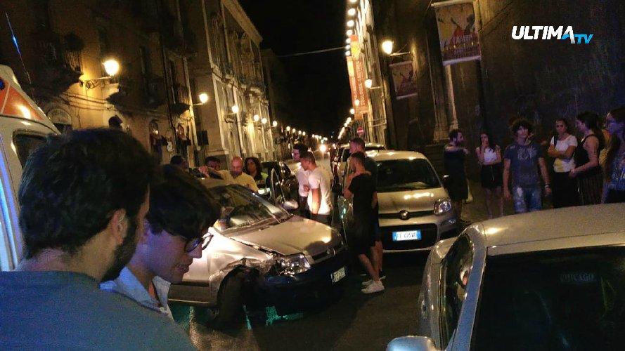 https://www.ragusanews.com//immagini_articoli/10-07-2018/auto-folle-velocita-centro-storico-catania-500.jpg