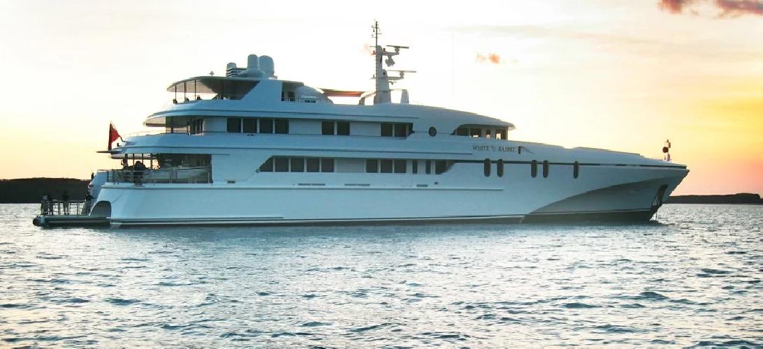 https://www.ragusanews.com//immagini_articoli/10-07-2019/1562746357-yacht-e-arrivato-il-white-rabbit-lungo-86-metri-1-500.png