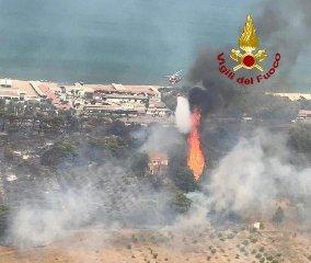 https://www.ragusanews.com//immagini_articoli/10-07-2019/1562787047-playa-in-fiamme-bagnanti-in-fuga-pattino-l-incubo-di-catania-foto-2-240.jpg