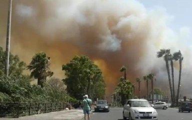 https://www.ragusanews.com//immagini_articoli/10-07-2019/1562787047-playa-in-fiamme-bagnanti-in-fuga-pattino-l-incubo-di-catania-foto-3-240.jpg