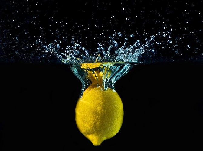 bere acqua al limone al mattino aiuta a perdere peso