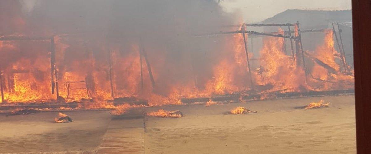 https://www.ragusanews.com//immagini_articoli/10-07-2019/playa-di-catania-lido-europa-in-fiamme-e-un-inferno-di-fuoco-500.jpg