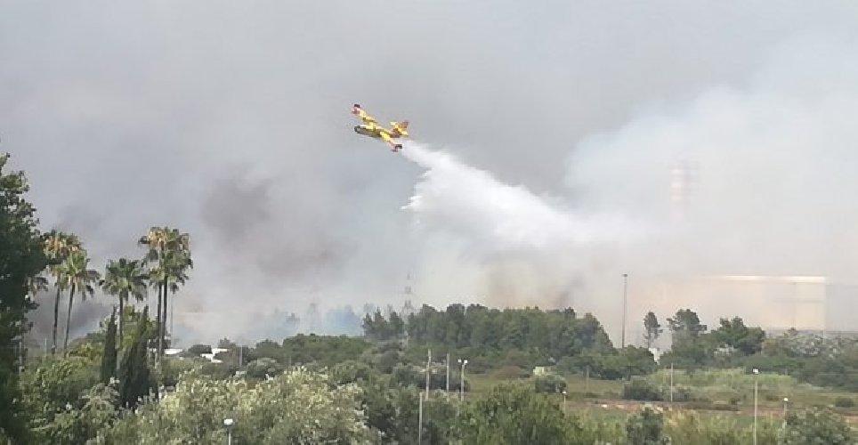 https://www.ragusanews.com//immagini_articoli/10-07-2019/priolo-bruciano-le-saline-evacuata-la-spiaggia-500.jpg