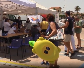 https://www.ragusanews.com//immagini_articoli/10-07-2021/sicilia-vaccini-covid-in-spiaggia-ne-parla-pure-la-tv-russa-video-280.jpg