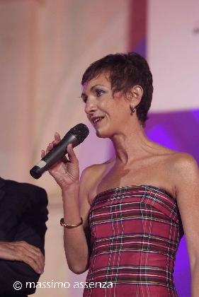 http://www.ragusanews.com//immagini_articoli/10-08-2016/annalisa-dona-vince-il-concorso-di-poesia-e-vviva-la-mamma-420.jpg