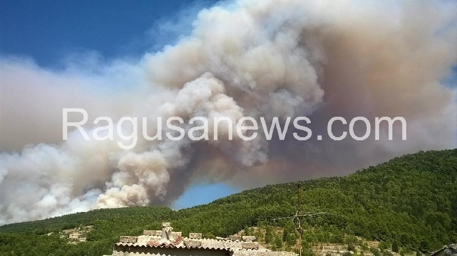 http://www.ragusanews.com//immagini_articoli/10-08-2016/spaventoso-incendio-a-chiaramonte-aggiornamenti-500.jpg