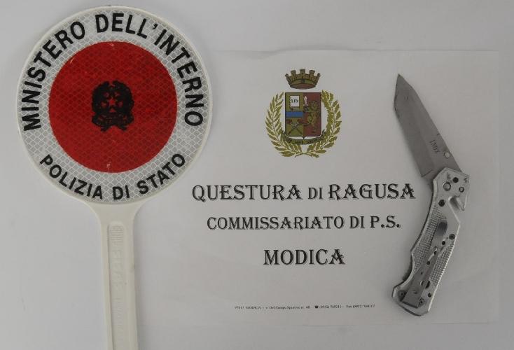 https://www.ragusanews.com//immagini_articoli/10-08-2017/modica-andava-giro-senza-patente-coltello-scooter-500.jpg