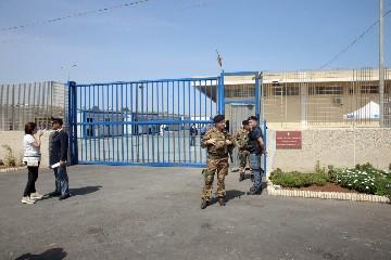 https://www.ragusanews.com//immagini_articoli/10-08-2020/pozzallo-altri-20-migranti-fuggiti-dall-hotspot-240.jpg