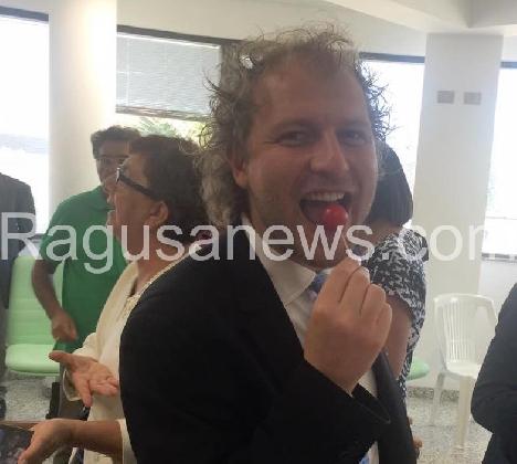 https://www.ragusanews.com//immagini_articoli/10-09-2016/il-sottosegretario-lotti-col-pomodorino-in-bocca-420.jpg
