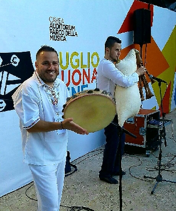 http://www.ragusanews.com//immagini_articoli/10-09-2016/ragusa-ibla-folk-stasera-concerto-del-taleh-420.jpg
