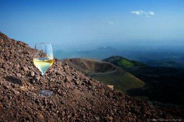 https://www.ragusanews.com//immagini_articoli/10-09-2018/vini-vulcanici-etna-240.jpg