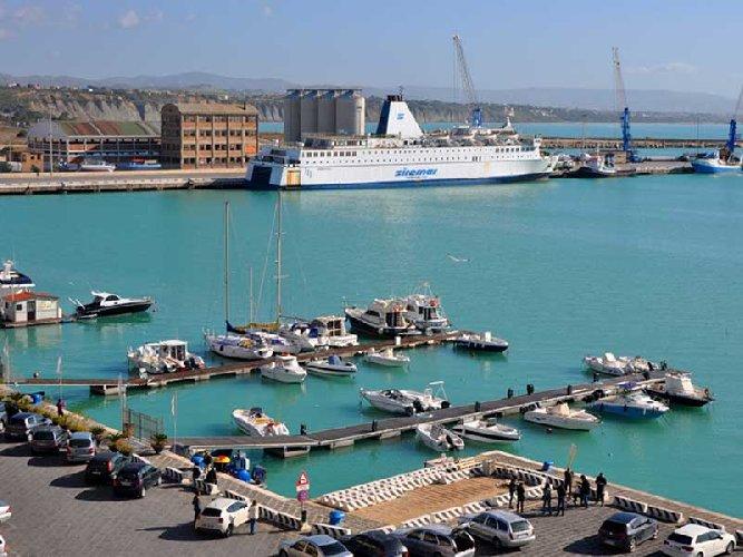 https://www.ragusanews.com//immagini_articoli/10-09-2019/navi-da-crociera-faranno-tappa-a-porto-empedocle-per-camilleri-500.jpg