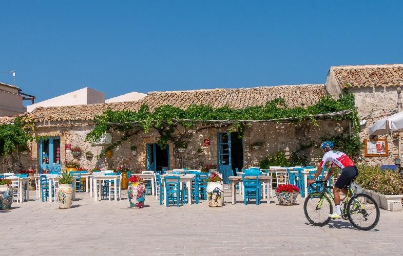 https://www.ragusanews.com//immagini_articoli/10-09-2021/1631307925-da-noto-prende-il-via-il-giro-della-sicilia-2-500.jpg