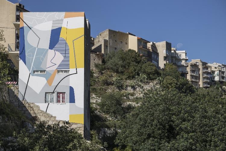 https://www.ragusanews.com//immagini_articoli/10-10-2017/festiwall-muro-omaggio-paesaggio-ibleo-500.jpg