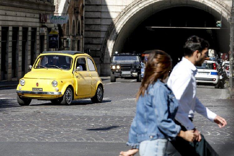 https://www.ragusanews.com//immagini_articoli/10-10-2020/1602344317-tom-cruise-a-roma-con-la-moto-della-polizia-mission-impossible-7-1-500.jpg