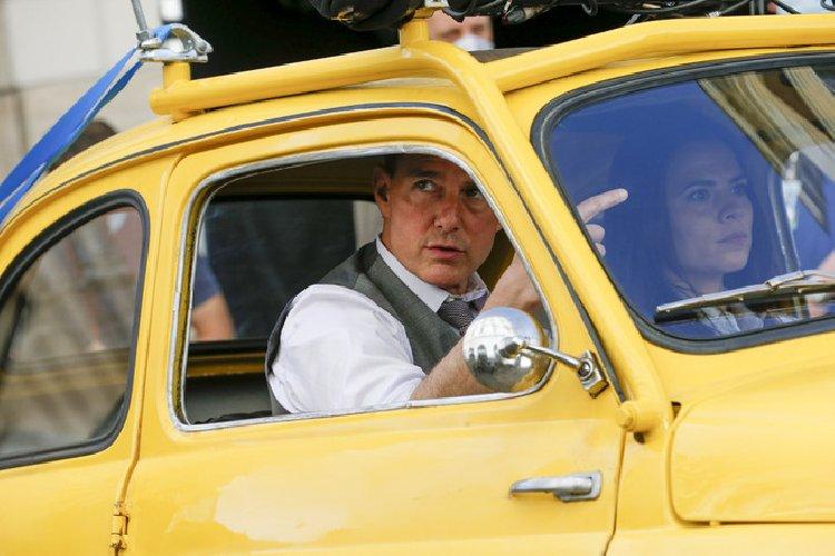 https://www.ragusanews.com//immagini_articoli/10-10-2020/1602344492-tom-cruise-a-roma-con-la-moto-della-polizia-mission-impossible-7-3-500.jpg