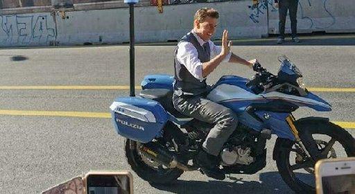 https://www.ragusanews.com//immagini_articoli/10-10-2020/tom-cruise-a-roma-con-la-moto-della-polizia-mission-impossible-7-280.jpg