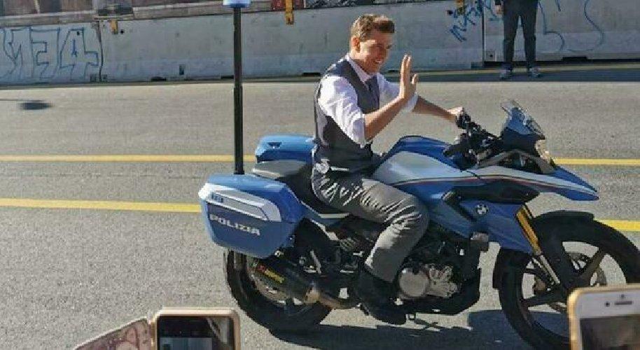 https://www.ragusanews.com//immagini_articoli/10-10-2020/tom-cruise-a-roma-con-la-moto-della-polizia-mission-impossible-7-500.jpg