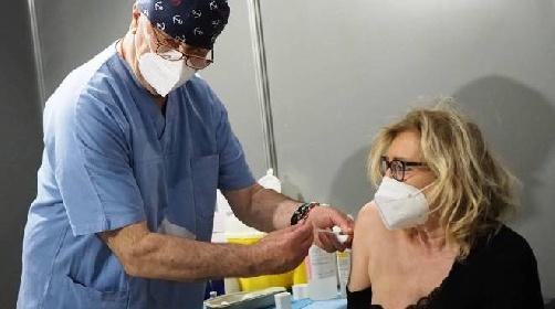 https://www.ragusanews.com//immagini_articoli/10-10-2021/sicilia-medico-inoculava-il-vaccino-per-finta-denunciato-e-sospeso-280.jpg