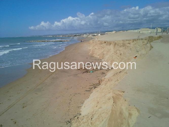 http://www.ragusanews.com//immagini_articoli/10-11-2014/il-mare-si-mangia-le-spiagge-500.jpg