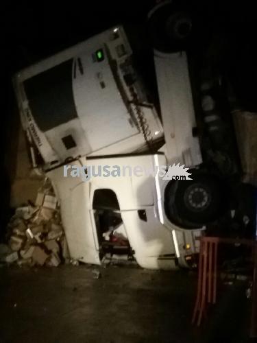 http://www.ragusanews.com//immagini_articoli/10-11-2017/camion-precipita-viadotto-pozzallo-500.jpg