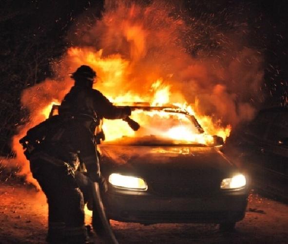 https://www.ragusanews.com//immagini_articoli/10-11-2017/chiaramonte-fuoco-unauto-vito-500.jpg