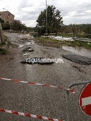 https://www.ragusanews.com//immagini_articoli/10-11-2017/crolla-mezza-carreggiata-fiume-acate-240.jpg