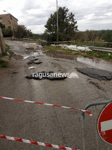 https://www.ragusanews.com//immagini_articoli/10-11-2017/crolla-mezza-carreggiata-fiume-acate-500.jpg