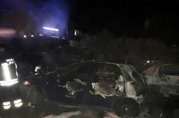 http://www.ragusanews.com//immagini_articoli/10-11-2017/fuoco-auto-deposito-consorzio-bonifica-ispica-500.jpg