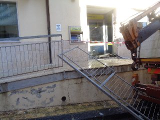 https://www.ragusanews.com//immagini_articoli/10-11-2019/con-la-ruspa-scardinano-e-rubano-il-bancomat-poste-240.jpg