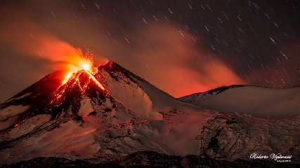 https://www.ragusanews.com//immagini_articoli/10-12-2018/mamma-etna-eruzione-240.jpg