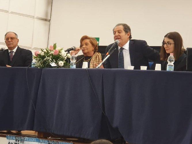 https://www.ragusanews.com//immagini_articoli/11-01-2020/il-segno-di-bufalino-scuola-mazzini-500.jpg