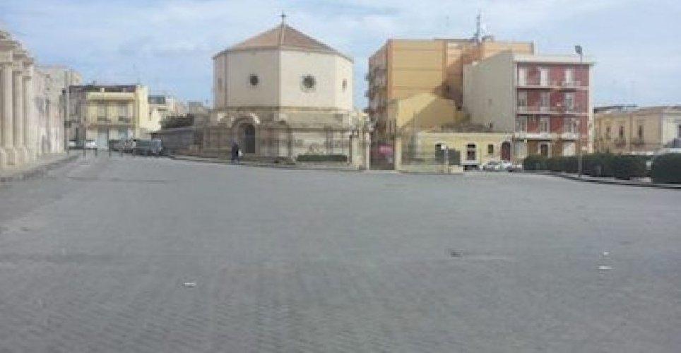 https://www.ragusanews.com//immagini_articoli/11-01-2020/misteriosa-morte-di-un-uomo-trovato-cadavere-in-piazza-500.jpg