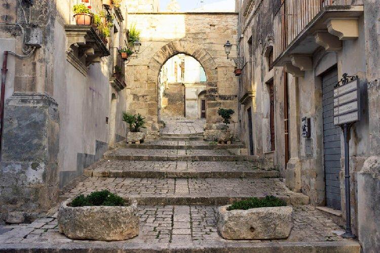 https://www.ragusanews.com//immagini_articoli/11-01-2021/dalla-regione-un-milione-per-il-centro-storico-di-chiaramonte-500.jpg