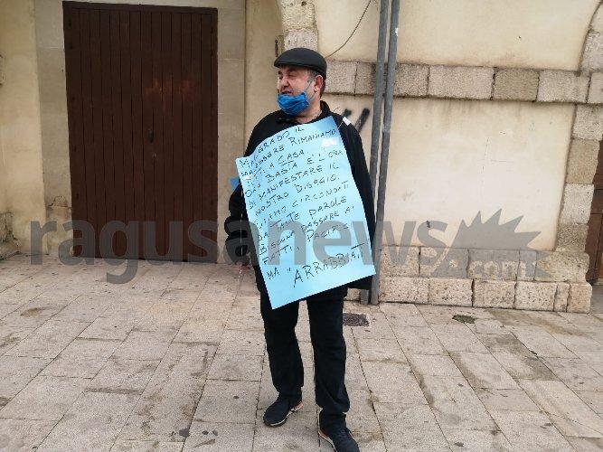 https://www.ragusanews.com//immagini_articoli/11-01-2021/il-ristoratore-di-quattro-ristoranti-protesta-servono-fatti-500.jpg