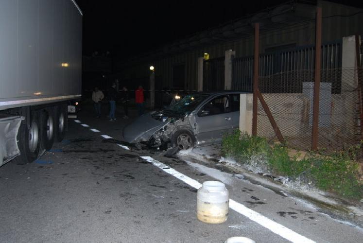http://www.ragusanews.com//immagini_articoli/11-02-2014/tir-contro-auto-quattro-feriti-sulla-comiso-santa-croce-500.jpg