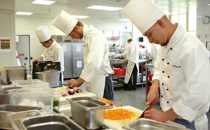 https://www.ragusanews.com//immagini_articoli/11-02-2016/offro-lavoro-come-aiuto-chef-500.jpg