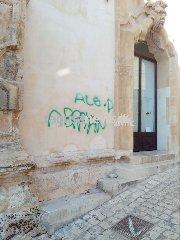 https://www.ragusanews.com//immagini_articoli/11-02-2018/vandali-deturpano-palazzo-beneventano-240.jpg