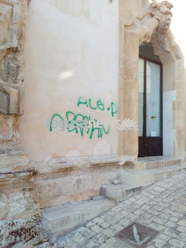 https://www.ragusanews.com//immagini_articoli/11-02-2018/vandali-deturpano-palazzo-beneventano-500.jpg